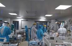 Bên trong bệnh viện bị phong tỏa: Nỗ lực cứu 14 bệnh nhân Covid-19 nguy kịch