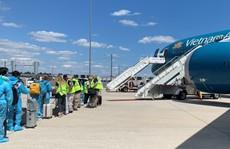 240 người Việt từ Mỹ về nước tại sân bay Cam Ranh