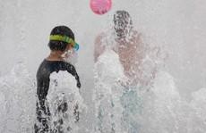 Cận cảnh dân Mỹ - Canada quay cuồng trong nắng nóng