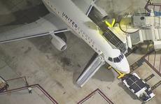 Hành khách gãy chân vì nhảy khỏi máy bay đang chạy