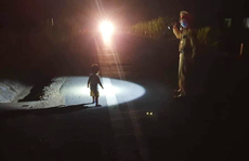 Bé gái 2 tuổi đi lạc một mình trên đường Hồ Chí Minh trong đêm tối