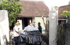 Bàng hoàng phát hiện mẹ và anh trai chết cạnh giếng sau nhà