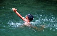 2 học sinh chết đuối khi cùng nhóm bạn tắm sông