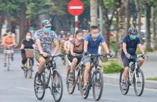 """Cận cảnh hồ Gươm trở thành """"trường đua"""" xe đạp cho người  tập thể dục buổi sáng"""