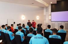 Chùm ảnh đội tuyển Việt Nam học luật trước trận đấu với Indonesia