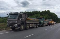 Ba tài xế xe tải không chịu mở cửa, 'thi gan' suốt 3 giờ với CSGT