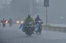 Đầu giờ chiều 7-6, bầu trời Hà Nội bỗng xám xịt kèm mưa lớn