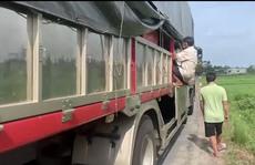 8 người trốn trong thùng xe tải để tránh khai báo y tế