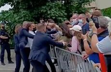 Sốc: Tổng thống Pháp Emmanuel Macron bị tát trong chuyến công du