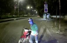 CLIP: Người đàn ông mặc áo tài xế công nghệ lên xe tải trộm bóp tiền