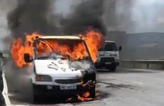 Đang chạy trên đường, xe tải và xe ben bất ngờ bốc cháy ngùn ngụt