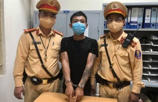 Thanh niên chở thẳng 'con nghiện' cùng 2 gói ma tuý vào chốt CSGT tố giác