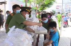 CLIP: Giám đốc Công an An Giang trao hơn 40 tấn gạo cho dân nghèo