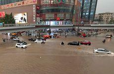 Trung Quốc: Đường phố thành sông, nước ngập tới ngực hành khách đi tàu hỏa