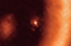 Lần đầu phát hiện một hành tinh sơ sinh đang... 'sinh con'