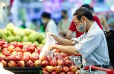 """CLIP: """"Đột nhập"""" siêu thị xem nguồn hàng trong ngày giãn cách xã hội"""
