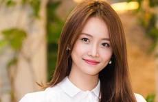 Á hậu Trương Mỹ Nhân 'còng lưng' trả nợ đánh bài của mẹ
