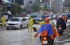 Nhiều tuyến phố Hà Nội ngập sâu trong trận mưa giải nhiệt