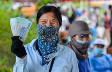 CLIP: Niềm vui của 60 công nhân gom rác sau khi nhận được phần lương còn lại