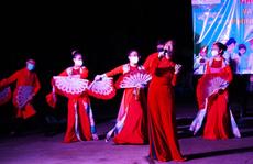 Vừa hết phong tỏa, nghệ sĩ Tạ Minh Tâm đã đến biểu diễn ở khu cách ly