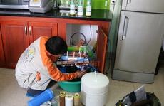 Đang lui cui sửa máy lọc nước, nhân viên công ty điện máy bất ngờ bị chém chết