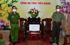 Công an TP HCM tặng quà hỗ trợ Công an Tiền Giang phòng chống Covid-19