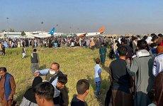 Afghanistan: Sân bay Kabul hỗn loạn, người dân 'đu' máy bay quân sự Mỹ?