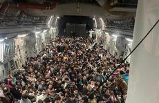 Tấm ảnh hơn vạn lời nói: Hơn 600 người Afghanistan nhồi nhét trong máy bay Mỹ