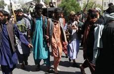 Afghanistan: Ám ảnh cảnh 2 người đàn ông diễu hành với thòng lọng quanh cổ