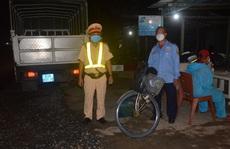 Người đàn ông đạp xe, 2 công nhân đi bộ từ TP HCM về Sóc Trăng