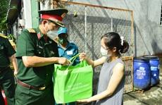 Quân đội vừa chuyển hàng ngàn phần quà tới người dân TP HCM