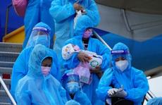 Hai chuyến bay chở gần 400 bà bầu, trẻ em từ TP HCM về đến Quảng Bình