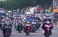 Đường phố TP HCM đông đúc trước giờ 'G' siết chặt giãn cách