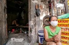 """Những phu hàng chợ Long Biên """"mắc kẹt"""" ngày giãn cách, nhiều hôm chỉ ăn mì tôm qua ngày"""