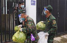 Bộ đội đưa thực phẩm đến tận tay người dân