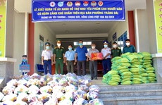 Cảnh sát biển trao tặng quà cho người dân bị ảnh hưởng nặng nề bởi dịch Covid-19