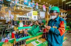 Dân quân tự vệ làm 'shipper', đi chợ hộ cho người dân ở TP HCM