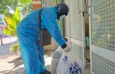 Shipper ở Đà Nẵng mặc đồ bảo hộ đi giao hàng trong ngày đầu hoạt động trở lại