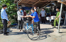 Đi bộ từ Quảng Ngãi về quê, chàng trai Thanh Hóa được bà con Quảng Nam tặng tiền, xe máy