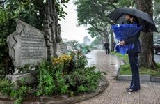 Phó Tổng thống Mỹ Kamala Harris đặt hoa tại đài kỷ niệm bên hồ Trúc Bạch