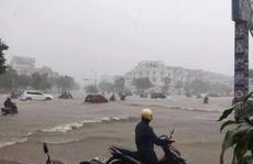 """CLIP: Mưa lớn kéo dài, nhiều tuyến đường nội đô Hải Phòng thành """"sông"""""""