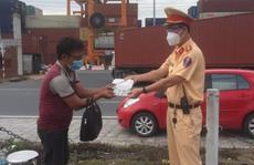 Người đàn ông đi bộ từ Quy Nhơn vào Bình Dương thăm con ốm