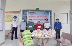 Cảnh sát biển tặng quà ngư dân, tuyên truyền về việc cấm khai thác hải sản trái phép