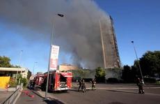 Ý: Tòa nhà 20 tầng bốc cháy ngùn ngụt