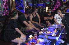 Bất chấp quy định đóng cửa, chủ quán karaoke vẫn phục vụ khách hát