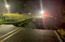 Mỹ: Bão Ida gây mưa tới mức đường cao tốc sụp sâu hoắm