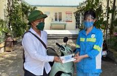 Được tặng 4 xe máy sau khi bị cướp, nữ lao công tặng lại 2 chiếc cho đồng nghiệp khó khăn