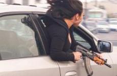 Mỹ: Người phụ nữ ôm AK-47 nhoài người ra cửa xe như phim hành động