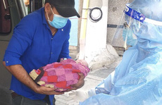Vỡ òa chứng kiến bé trai chào đời ngay chốt kiểm dịch ở TP Thủ Dầu Một