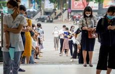 CLIP: Hàng trăm người xếp hàng chờ xin dấu đi đường